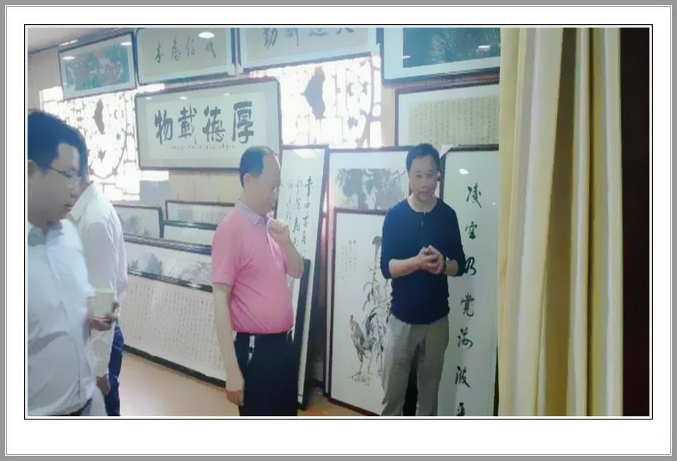 杨金鸢副部长一行欣赏名家画作